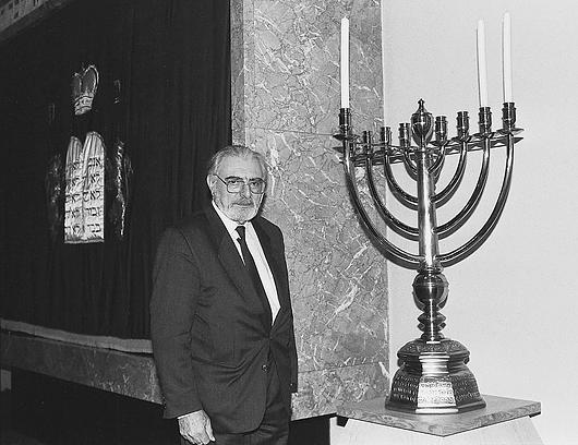 Naftali Bar-Giora Bamberger mit Chanukka-Leuchter